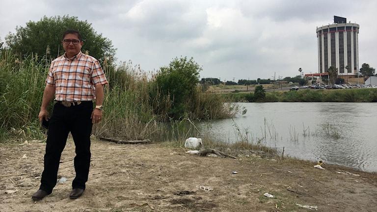 Ekologen Gustavo Pantoja vid floden Rio Bravo.