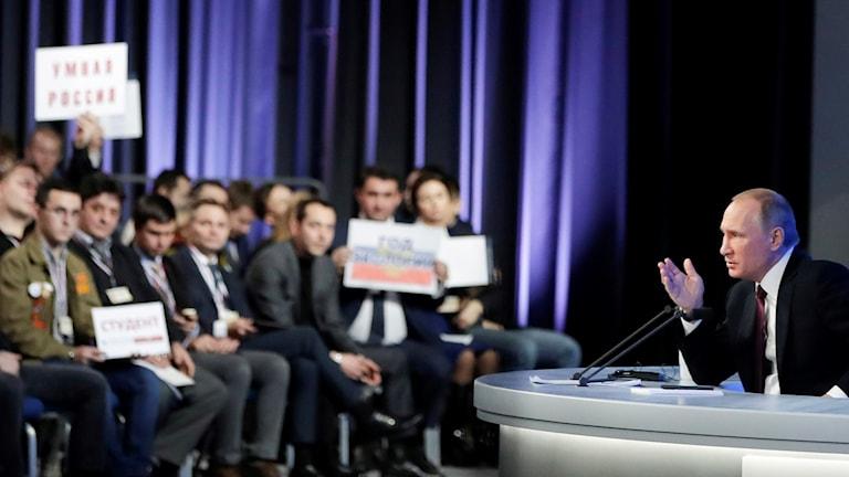 Journalister försöker få Vladimir Putins uppmärksamhet på presidentens årliga presskonferens.