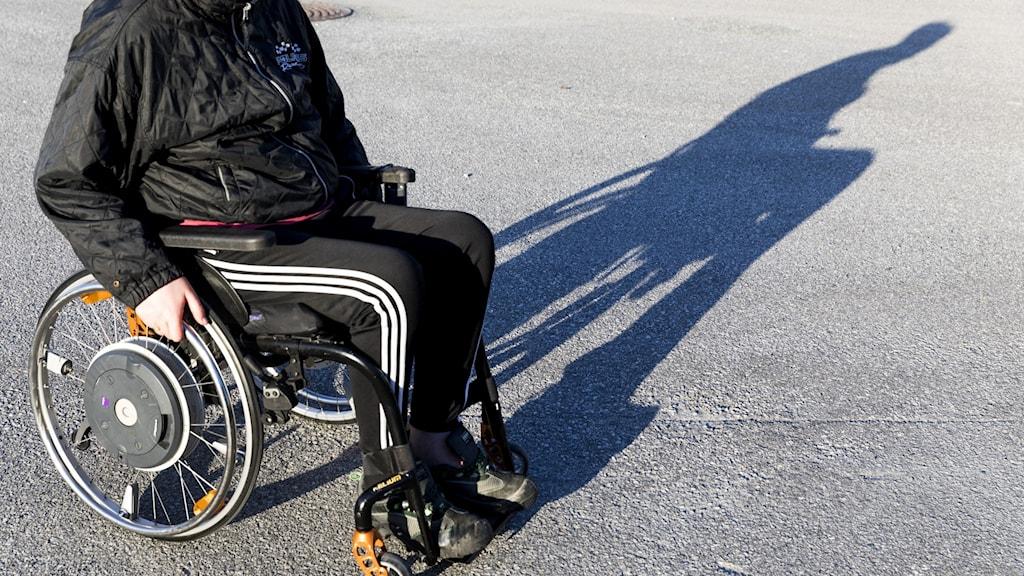 Bild på man i rullstol.