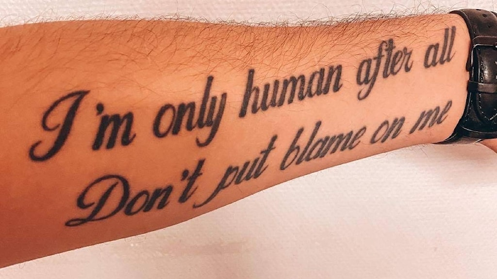 Arm med tatuering.