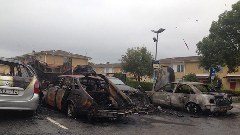 Sönderbrända bilar på parkering