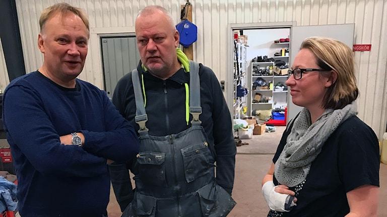Arbetsförmedlaren Stefan Persson (tv) har hjälpt Börje Andersson att få jobb i ett åkeri i Stilleryd. Familjeföretagets delägare Maria Nilsson är glad över att kunna ställa upp, men utan lönebidrag hade hon inte haft råd