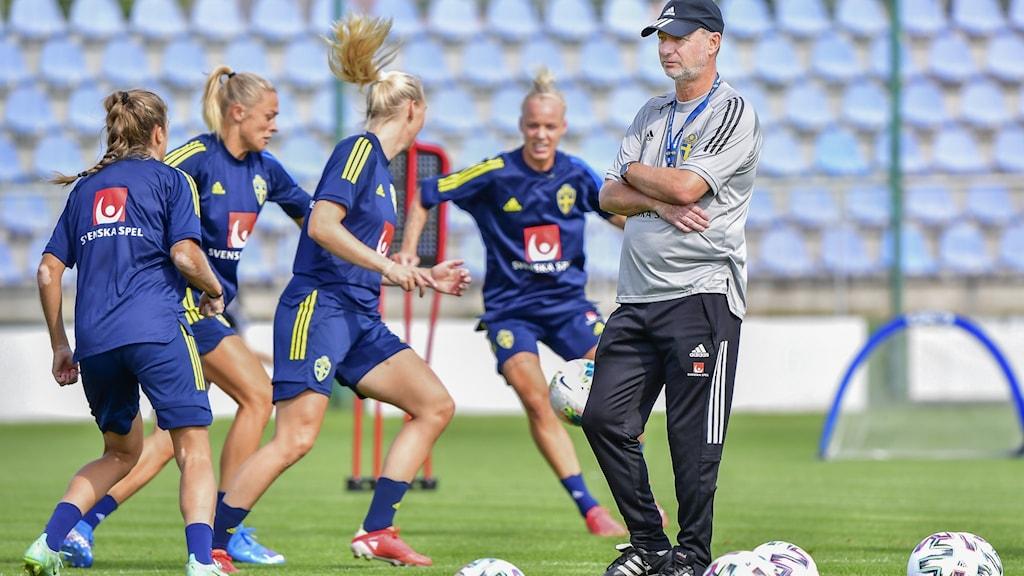 Tränare och spelare från svenska damlandslaget