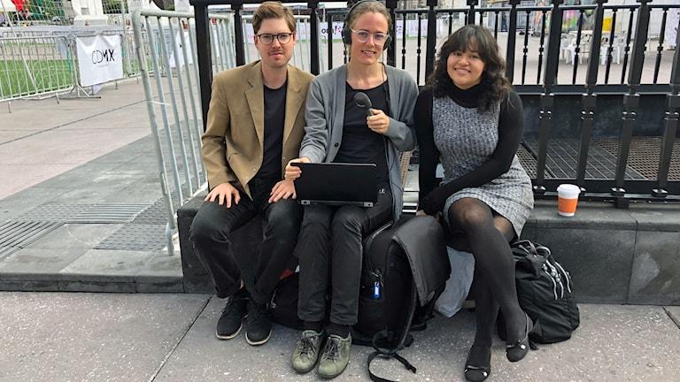 Tigran Feiler, SVT:s Latinamerikakorrespondent, Lotten Collin och Kassandra Barra, mexikansk lärare vid Zócalon, Mexico City.