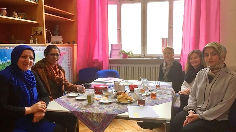 På Wilhelmsskolan i Untertürkheim har föräldrarna egna lokaler som står öppna alla förmiddagar i veckan. Där har många fått bättre kontakt med skolan och stöd av föräldramentorer.