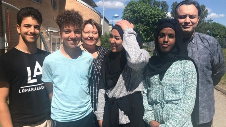 Yassin Kridih, Simon de Sousa, Fatima Shubbar och Sabrin Meygag går i nionde klass i Enbacksskolan här tillsammans med rektor Raija Ikonen och förestelärare Iman Ehsani.