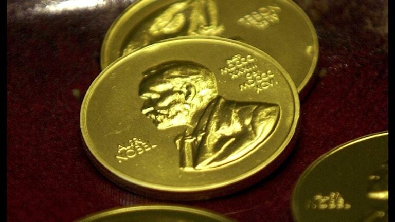 Nobelpriset. Bild på guld-medalj med Alfred Nobel i profil.