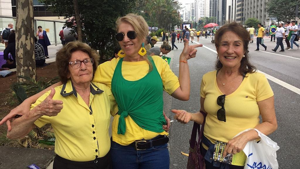 Sofia Proccechi (mitten) och Jusara Macedo (höger) stödjer Jair Bolsonaro. De säger att kampanjen mot honom startats av slampiga vänsterkvinnor.