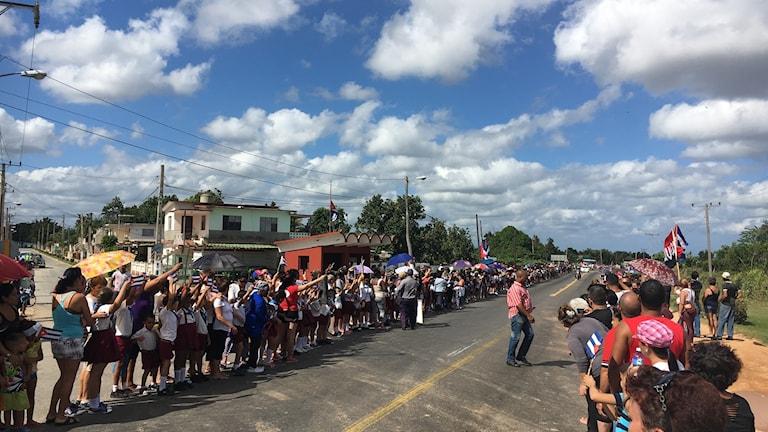 Hela byn samlades vid vägkanten med flaggor, plakat och portätt på Fidel Castro. Men karavanen åkte förbi snabbt utan att stanna.