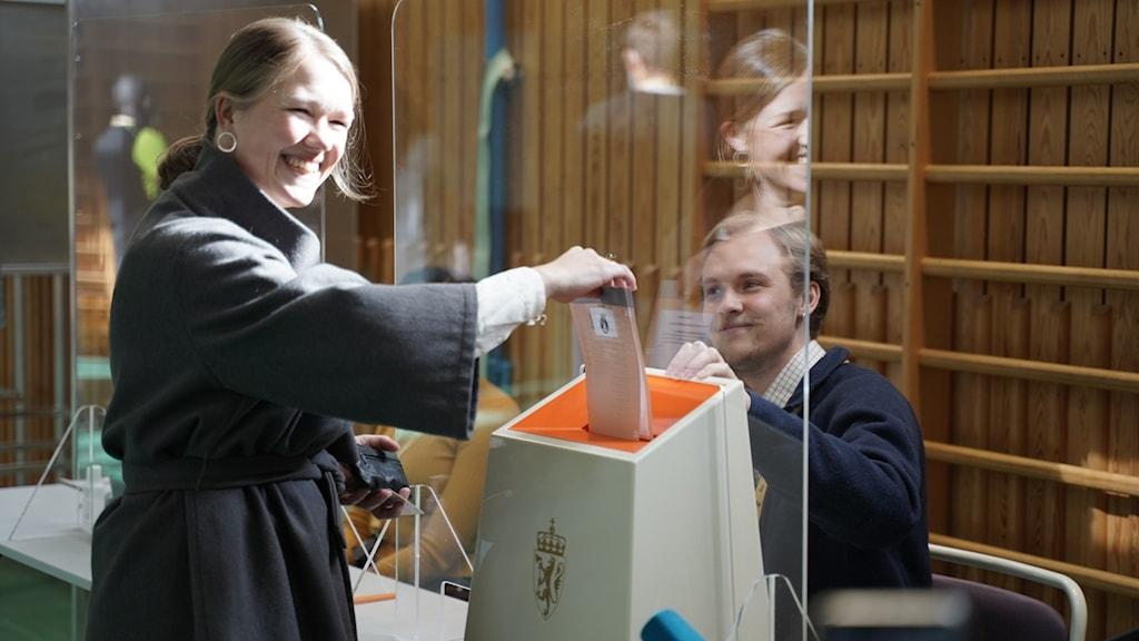 Une Basthol partiledare för Miljøpartiet De Grønnes lägger sin röst.