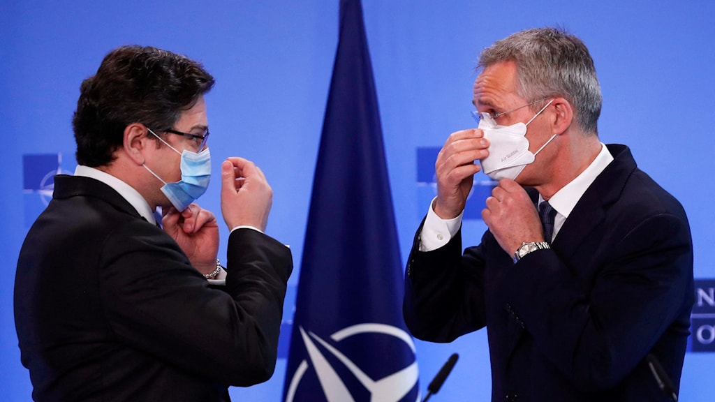 NATO:s generalsekreterare Jens Stoltenberg och Ukrainas utrikesminister Minister Dmytro Kuleba.