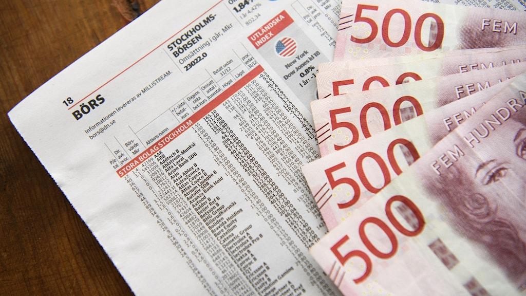 Bild på börssida och 500-lappar.