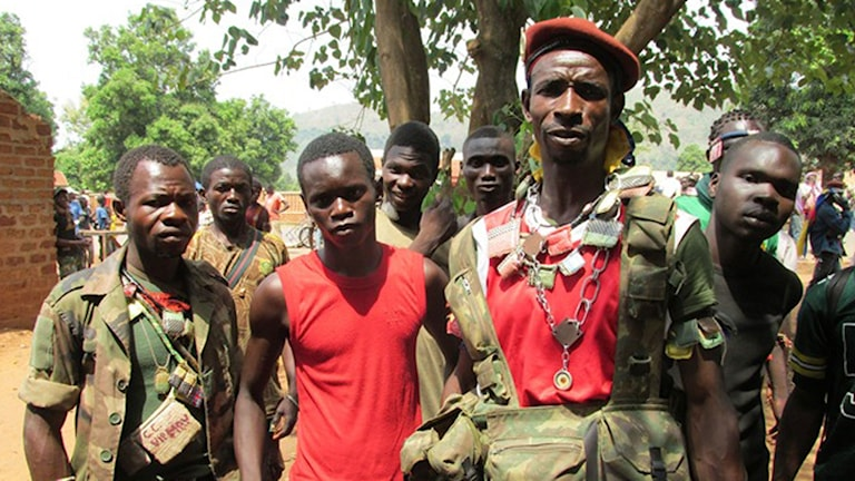 Den kristna milisen anti-Balaka i Bangui våren 2014 med amuletter som skulle skydda mot kulor.