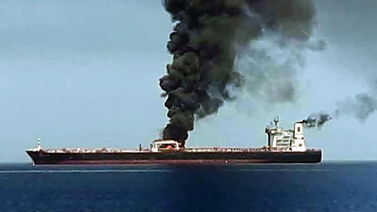 Utanför Oman ska två oljefartyg ha attackerats.