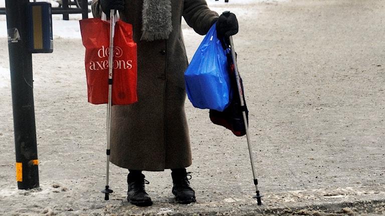 En äldre kvinna vid ett övergångsställe