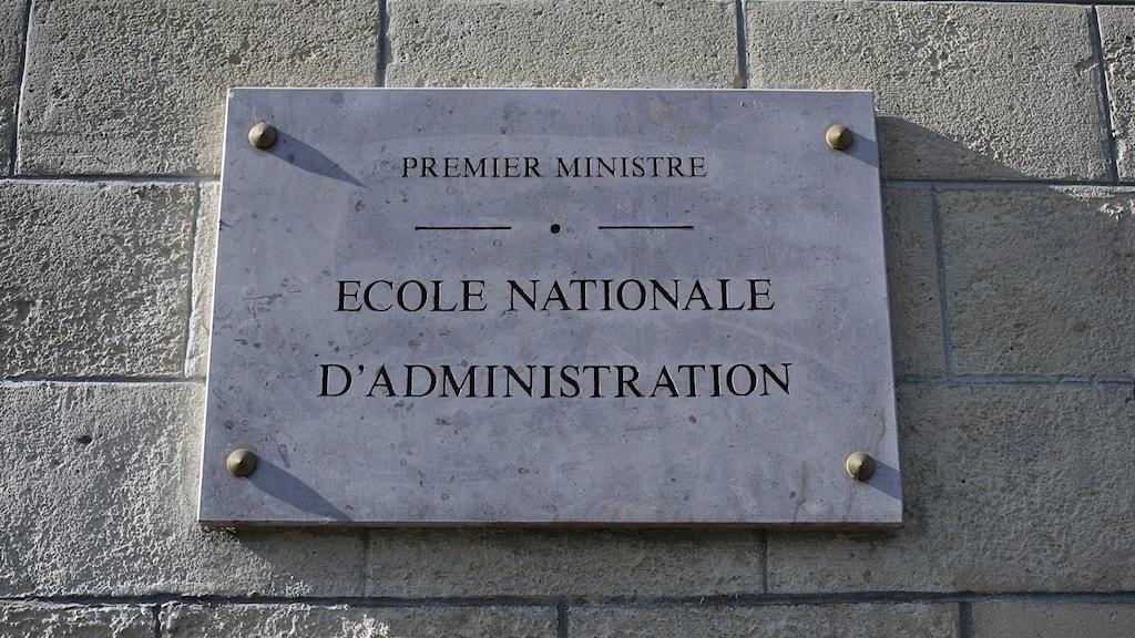"""Plakat på en med. På plakatet står det """" École nationale d'administration"""""""