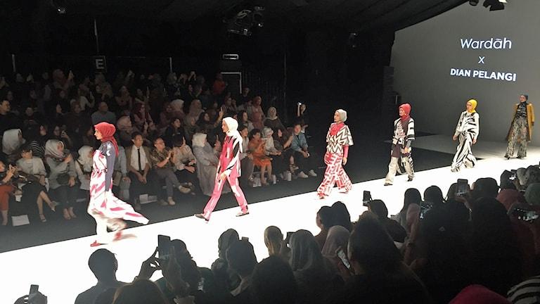 Dian Pelangis kollektion på Jakartas catwalk.