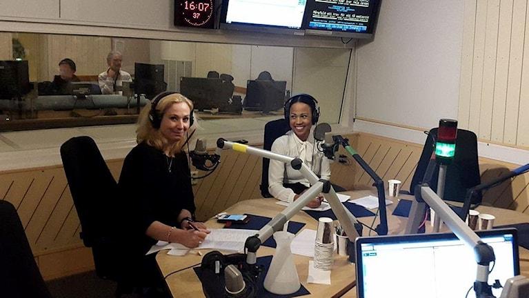 Jeanette Gustafsdotter och Alice Bah Kuhnke i studion.