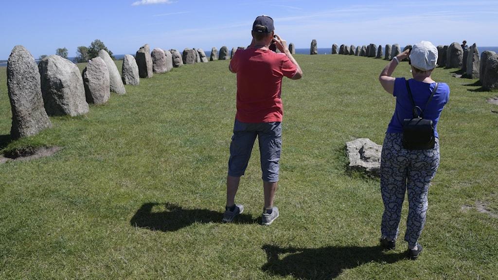 Turister fotograferar vid Ale stenar