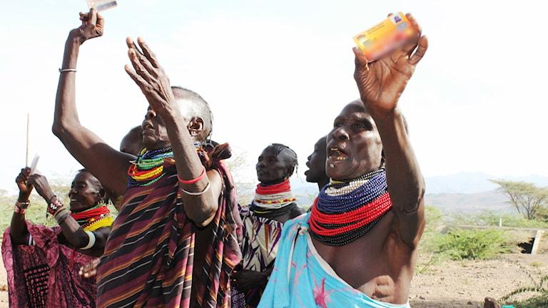 Biståndsmottagare (HSNP) i Kenya firar att de fått pengar på bankkort för att förbättra sina familjers liv