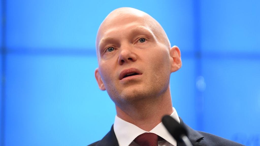 Niklas Wykman, Moderaternas skattepolitiske talesperson. Med blå bakgrund.