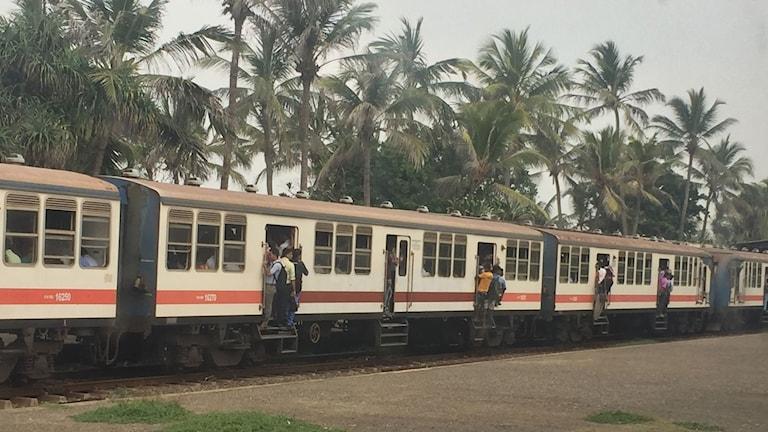 Pendeltågen är ofta fulla men vanliga tåg bokar du enkelt sittplats på ifall du vill. Men mer folkliv i andra klass.