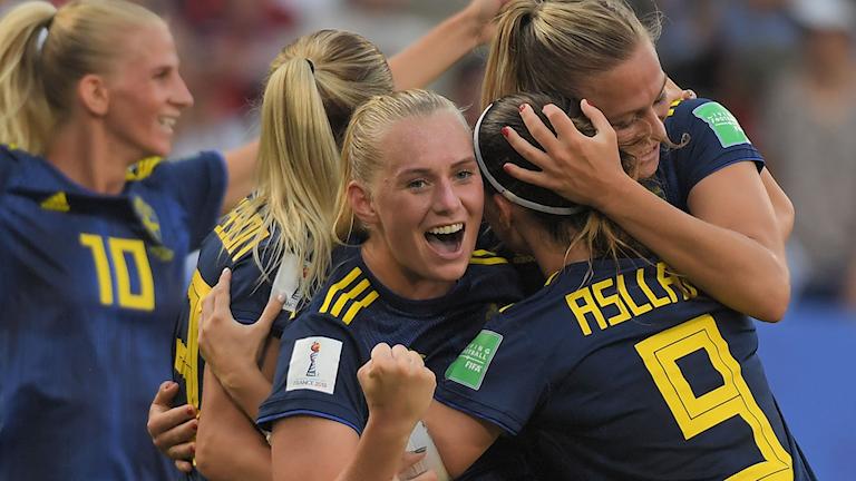Stina Blackstenius kramas om av lagkamraterna efter målet mot Frankrike i kvartsfinalen.
