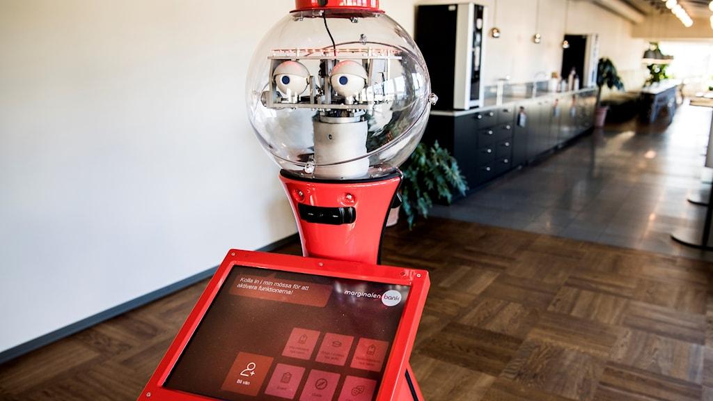 Roboten Scitos som just nu testas i receptionen på Marginalen Bank där den tar emot kunder
