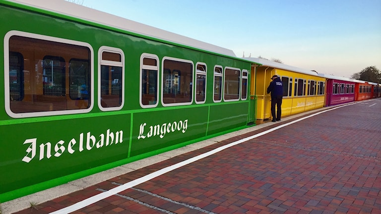 Förutom turisttåget som transporterar gästerna från hamnen till samhället, rör man sig till fots, cykel eller häst och vagn på Langeoog. Bilar är inte tillåtna.