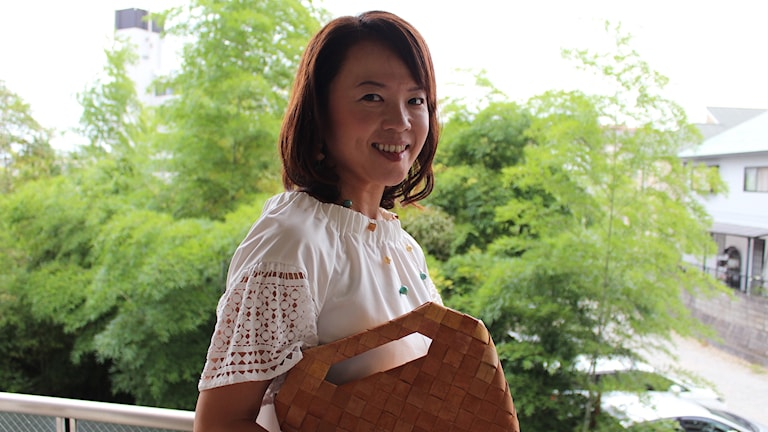 Näverslöjdaren Junko Kochiyama med en näverväska. Foto: Satoshi Kochiyama