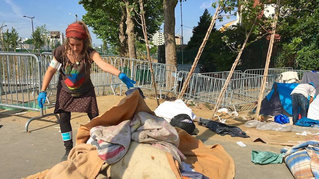 Pauline och många andra volontärer hjälper till att städa upp efter evakueringen av tältlägret i Porte de la Chapelle. Det var 34:e gången polisen evakuerade migranter härifrån.