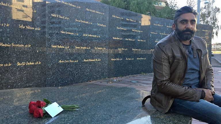 Bobby Stankovic, vid minnesmärket utanför brandlokalen på Backaplan.