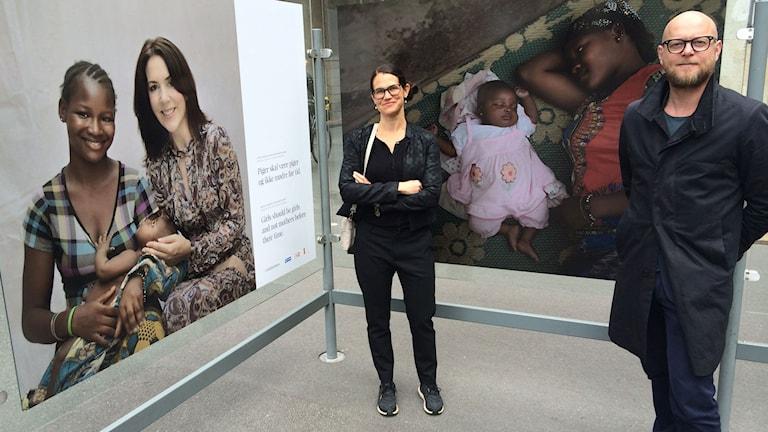 Sofia Klemming Nordenskiöld och Peter ten Hoepen vid utställningen Childmothers. På bilden till vänster syns också kronprinsessan Mary som invigde utställningen. Foto: Odd Clausen/Sveriges Radio