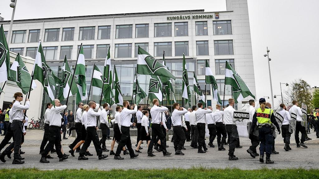 Den dominerande nationalsocialistiska aktören i Sverige är Nordiska motståndsrörelsen (NMR). På bilden syns en demonstration i Kungälv första maj 2019.