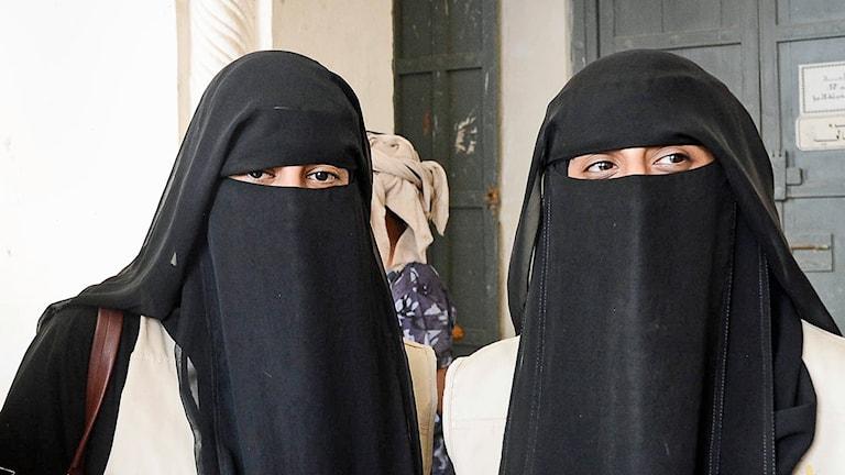 Fateme och Raida vill att omvärlden ska gripa in för att rädda Jemens kolappsade ekonomi.
