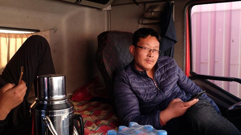 Zhu Kesong kör lastbil för att kunna betala ett bröllop åt sin son - och brudpriset som bara verkar stiga medan konkurrensen om varutransporterna bara verkar öka. BILD: Hanna Sahlberg, Sveriges Radio