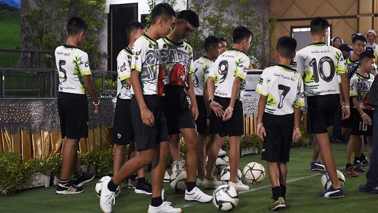 Pojkar med fotboll