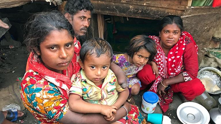 Fatima, längst fram har endast två fingrar kvar efter att tåget kört över hennes händer. Hålet bakom familjen leder ner till deras hem.