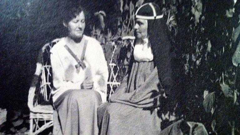 Svartvitt gammalt fotografi av helgon Elisabeth Hesselblad med syster Eva i korgsoffa