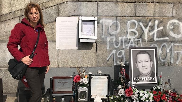 Joanna Weicman, regeringskritisk volontär som tar hand om minnesmärke för Piotr Szczęsny. Han brände sig till döds 2017  i centrala Warszawa i protest mot regeringspartiet Lag och Rättvisa.