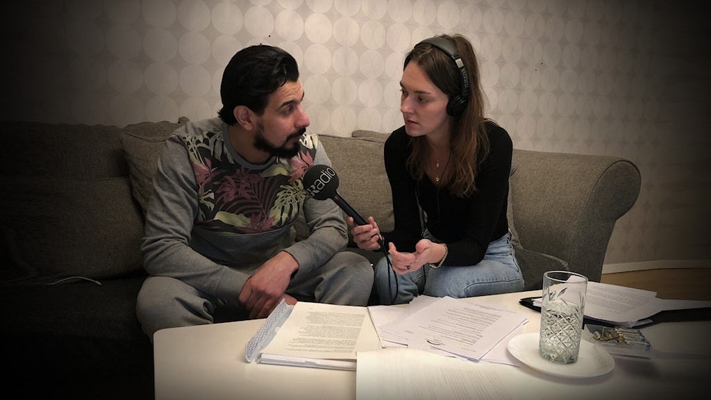Reporter Sanna Drysén sitter bredvid Raad Al-Duhan i en soffa med framsträckt mikrofon och bandare.