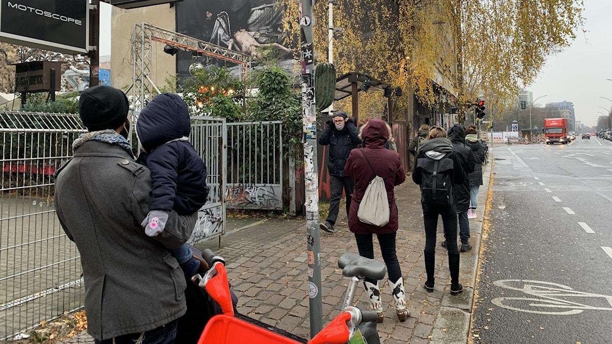 Kön ringlar lång, fast med avstånd, utanför KitkatClub i Berlin.