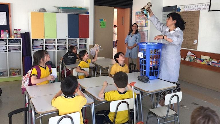 I en av Santiagos privatskolor betalar föräldrar dyrt för att ge sina barn en bra utbildning. Skolsystemet är den viktigaste anledningen till att ojämlikheten består i Chile, enligt ekonomer.