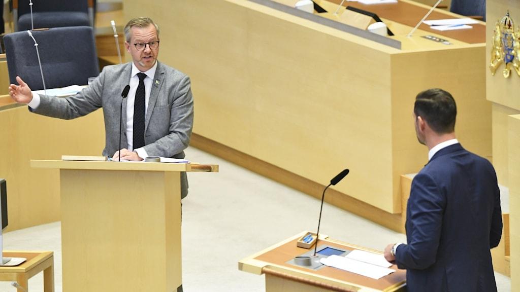 Inrikesminister Mikael Damberg (S) och Johan Forssell (M).