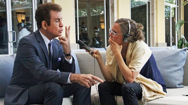 Presidentkandidaten Salvador Nasralla intervjuas av Latinamerikakorrespondent Lotten Collin