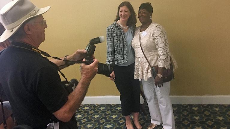 Demokratiska kongressledamoten Elaine Luria (till vänster) träffar väljare och valarbetare på en partifrukost i Norfolk. Genom att sträcka ut en hand över partigränsen hoppas hon nå mittenväljare i mellanårsvalet i november.