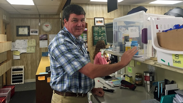 Apotekaren John Storey i Vicksburg, Mississippi beskriver opioidkrisen i USA som en tsunami.