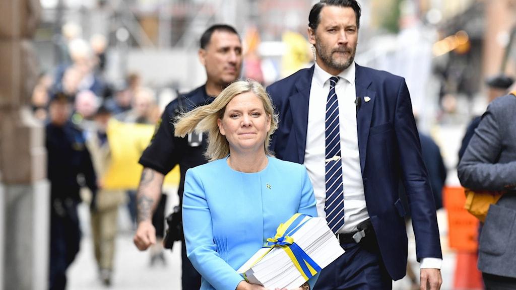 Finansminister Magdalena Andersson (S) promenerar med budgetpropositionen från Finansdepartementet till riksdagshuset för att delta i budgetdebatten.