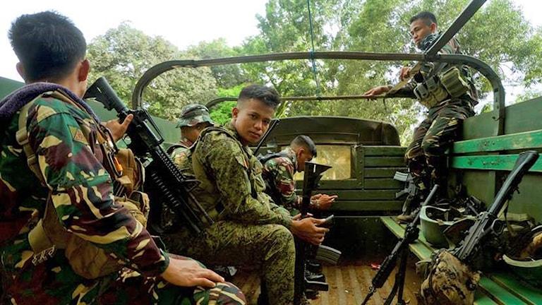 Soldater från den filippinska armén väntar på att ta sig till frontlinjen i djungeln på ön Jolo i södra Filippinerna. IS-svurna grupper har tagit sin tillflykt till ön.
