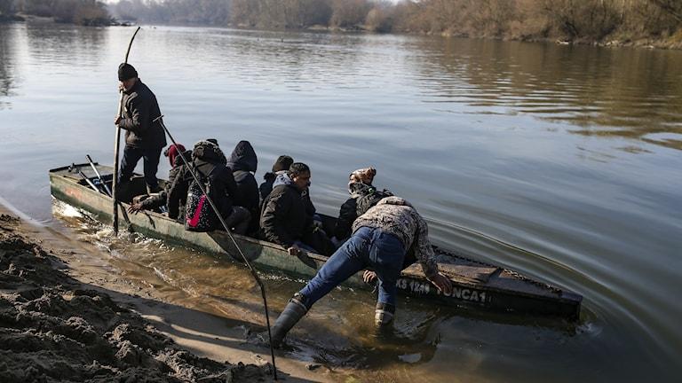 Flyktingar försöker ta sig till Grekland med båt.